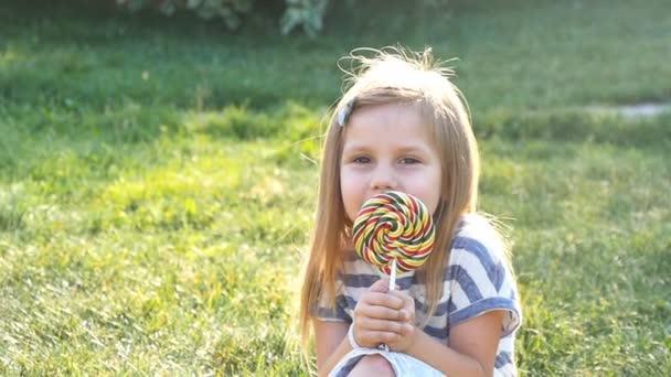 holčička s lízátko