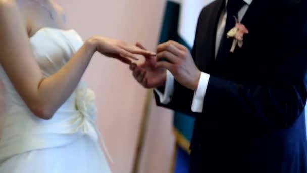 Mettere un anello nuziale al dito di spose