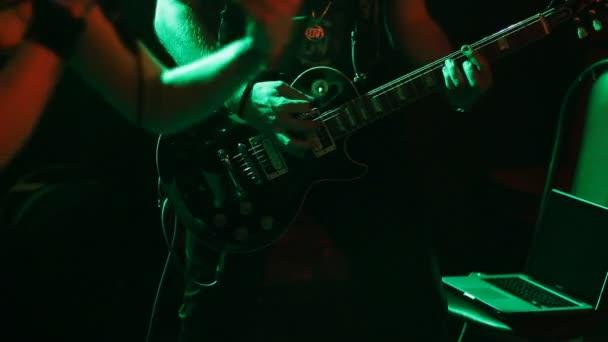 kytarista na scéně