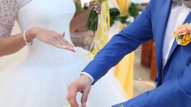 A gyűrűk cseréje esküvői pár