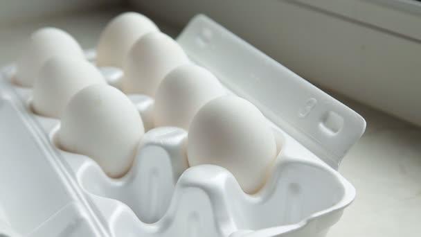 Pěkné velké venkovské čerstvá vejce v lepenkových vejce box držák