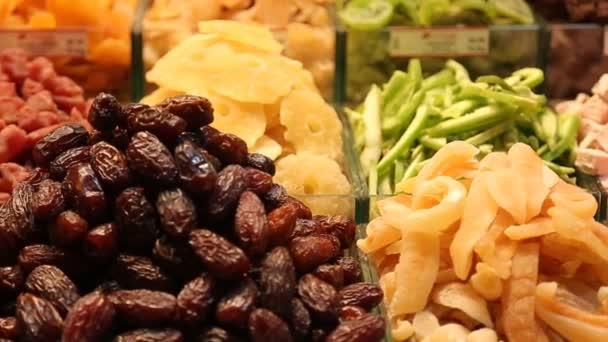 Obrázek z trhu, která nabízí výběr ze sušeného ovoce