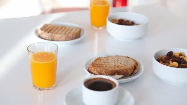 Hatalmas reggeli szendvics, narancs juice