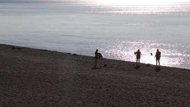 Peple pláž při západu slunce