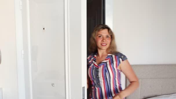 mladá šťastná usmívající se ženy nebo realitní agent zobrazující klíče od nového domu, izolované na bílém pozadí