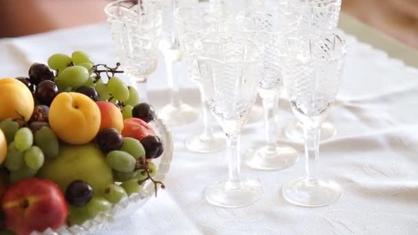 Zátiší s cherry, hroznů a broskev