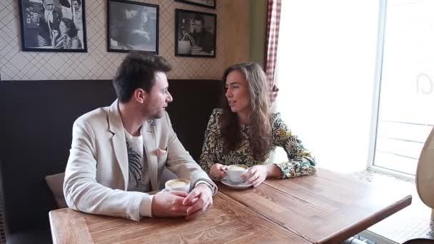 Flirtování pár v kavárně