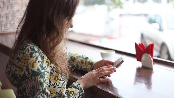 Upřímný obraz mladé ženy pomocí smartphone