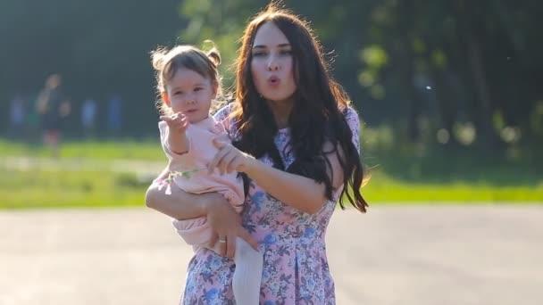 krásná matka a dítě venku. Příroda.