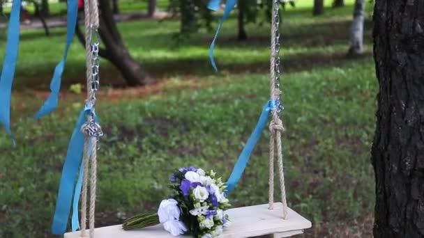 Svatební kytice na houpačce