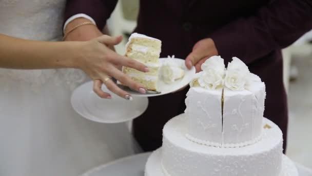řezání svatební dort