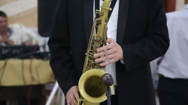 Mann spielt Saxofon