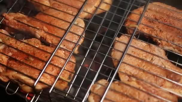 Maso na grilu s plameny closeup