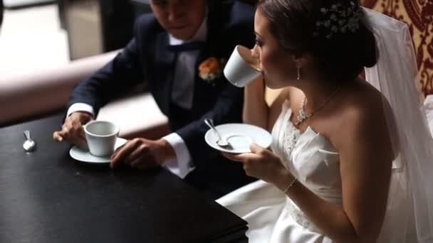 Svatební pár v kavárně