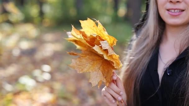 Fiatal boszorkány egy őszi erdőben
