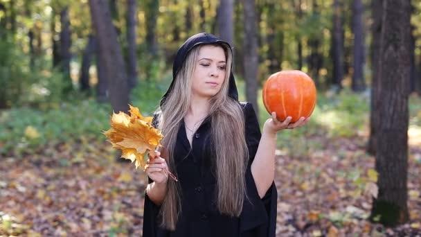 schöne hexe mit kürbis