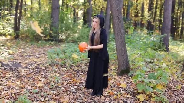 漂亮的女巫用南瓜