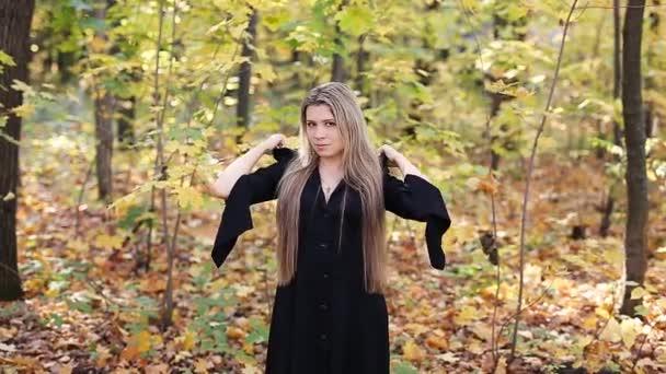 Mladé čarodějnice v podzimním lese