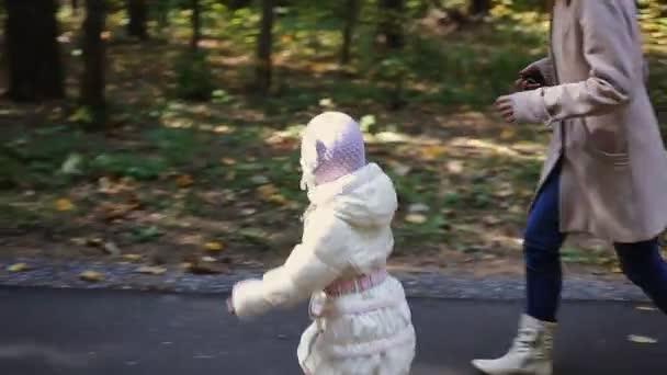 matka a dítě, procházky v parku