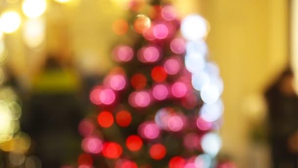 Weihnachtsbaum mit leuchtenden Lichtern