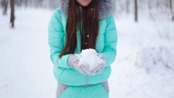 dívka hází sníh