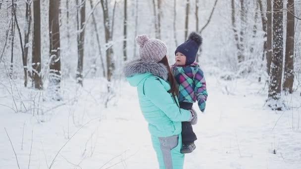 boldog anya kislány a téli havas erdő séta