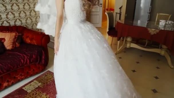 Neuvěřitelně krásné, mladé nevěsty pózuje v hotelovém pokoji