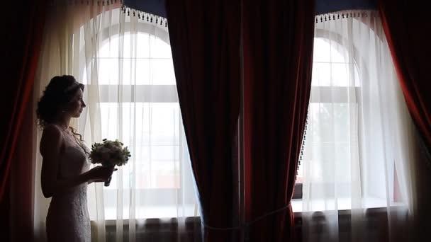 Gyönyörű vörös hajú menyasszony virág csokor álló ablak közelében
