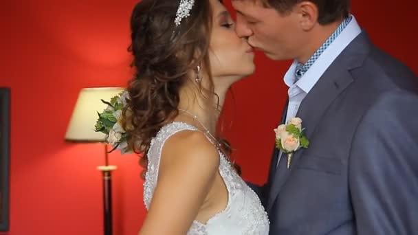 Pohledný ženich nejprve vidí krásu nevěsty ráno