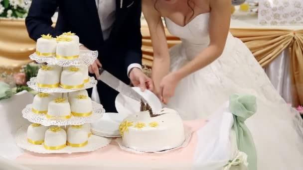 bílé multi úrovni svatební dort
