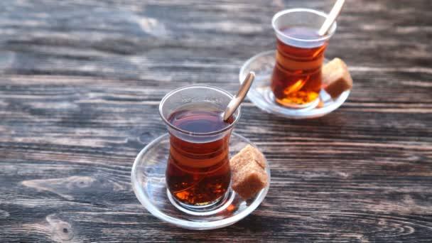 Öntés teát egy csésze, egy fából készült asztal