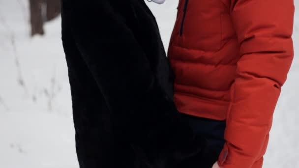 mladí, milující pár na přirozené zimní pozadí. v slowmotion