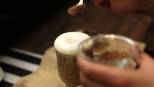 Šálek horké kávy s vyholenou čokoládou a šlehačkou