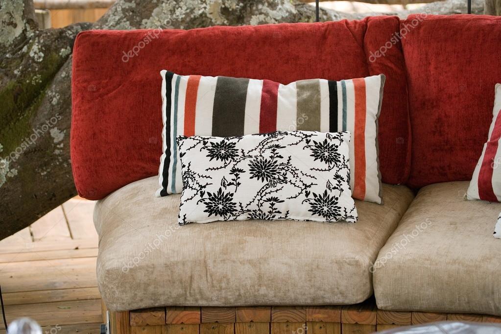 Kussen Wit 15 : Zwarte en witte kussens op bank u stockfoto gudkovandrey