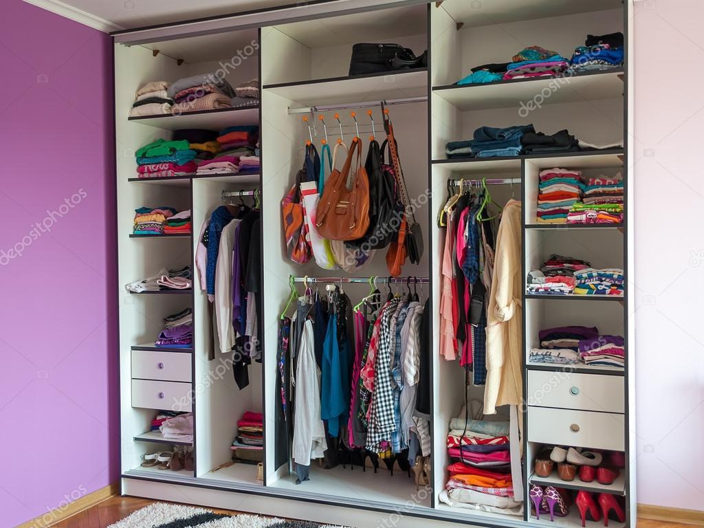 Гардероб шафа одяг взуття сумку в одному місці — Фото від vovaklak 6e6907203ce46