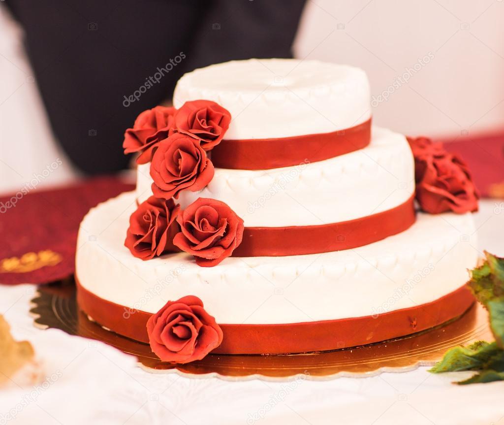Hochzeitstorte Mit Roten Rosen Stockfoto C Satura 102638516