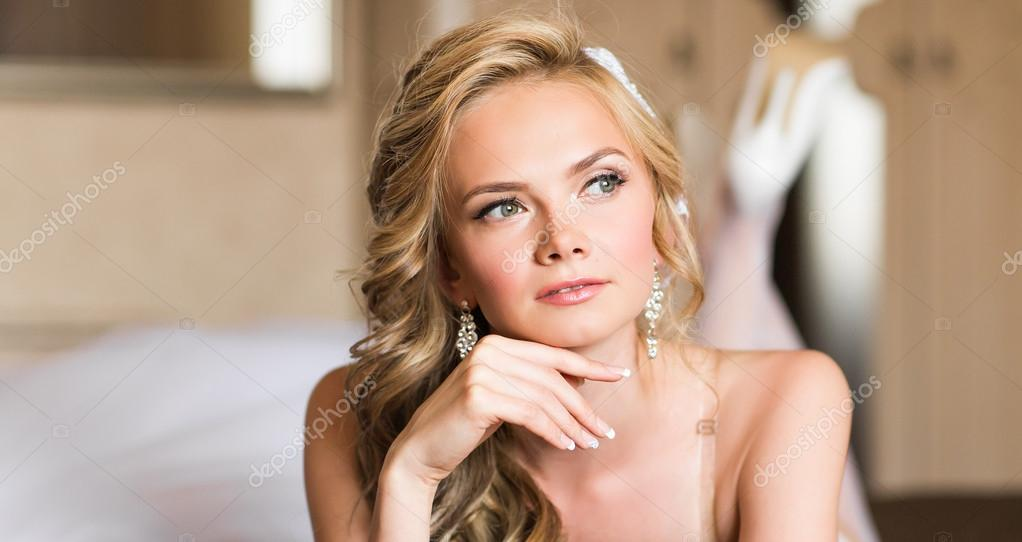 3ce2af2c62d656 Красива молода наречена Весільний макіяж і зачіску в спальні, привабливі  наречена жінки мають остаточної підготовки до весілля– стокове зображення