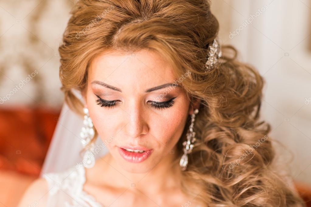 16440f9e132f76 Гарний портрет нареченої макіяж весілля, весільні зачіски, весільну сукню.  Весілля прикраса. Вибірковий Розмитий фокус. чудова молодий нареченою  вдома. ...