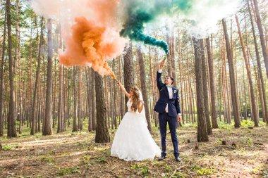 """Картина, постер, плакат, фотообои """"жених и невеста с дымовыми шашками на фоне деревьев """", артикул 105094560"""