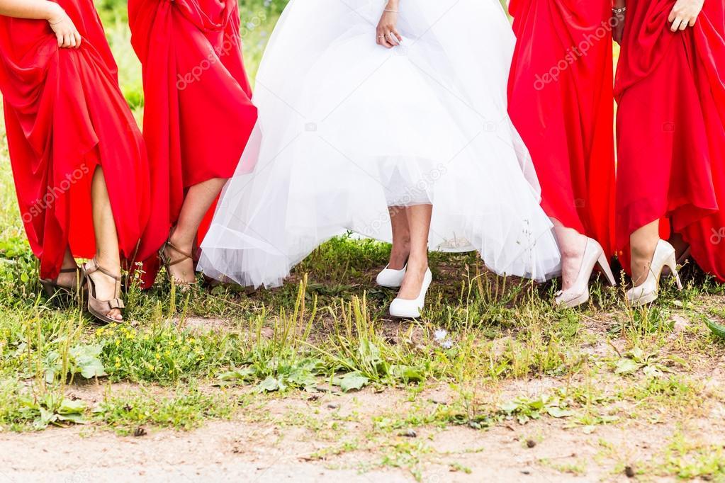 cb7cc36e3ead sposa e damigelle sfoggiare le scarpe al matrimonio — Foto Stock ...