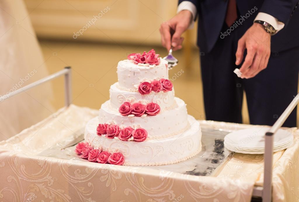 Ein Brautpaar Ist Schneiden Ihre Hochzeitstorte Stockfoto