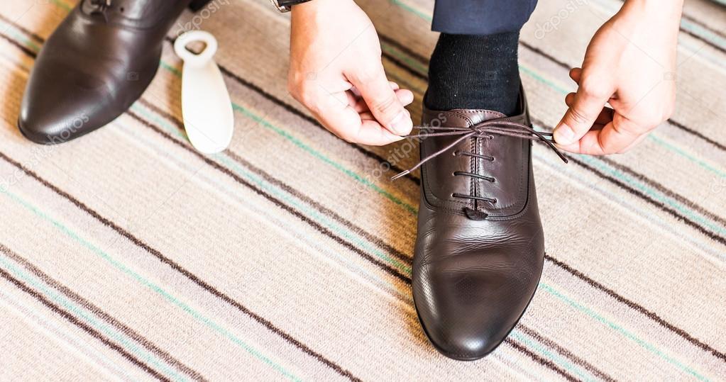 Junger Beim Drinnen Up Mann Elegante Binden Schuhe Close 7gbYyf6