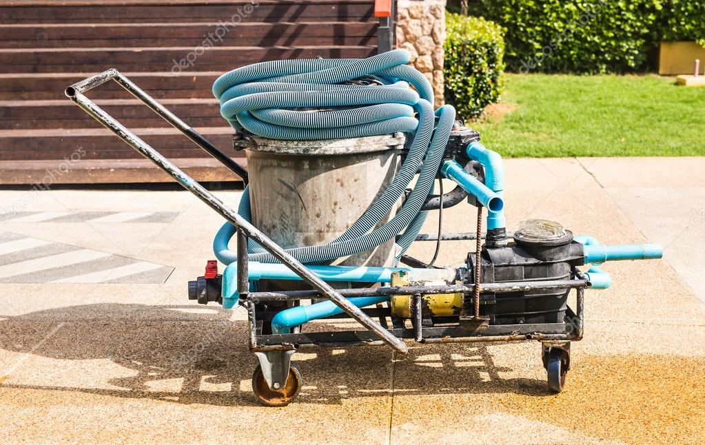 Cleaning pump working for a swimming pool
