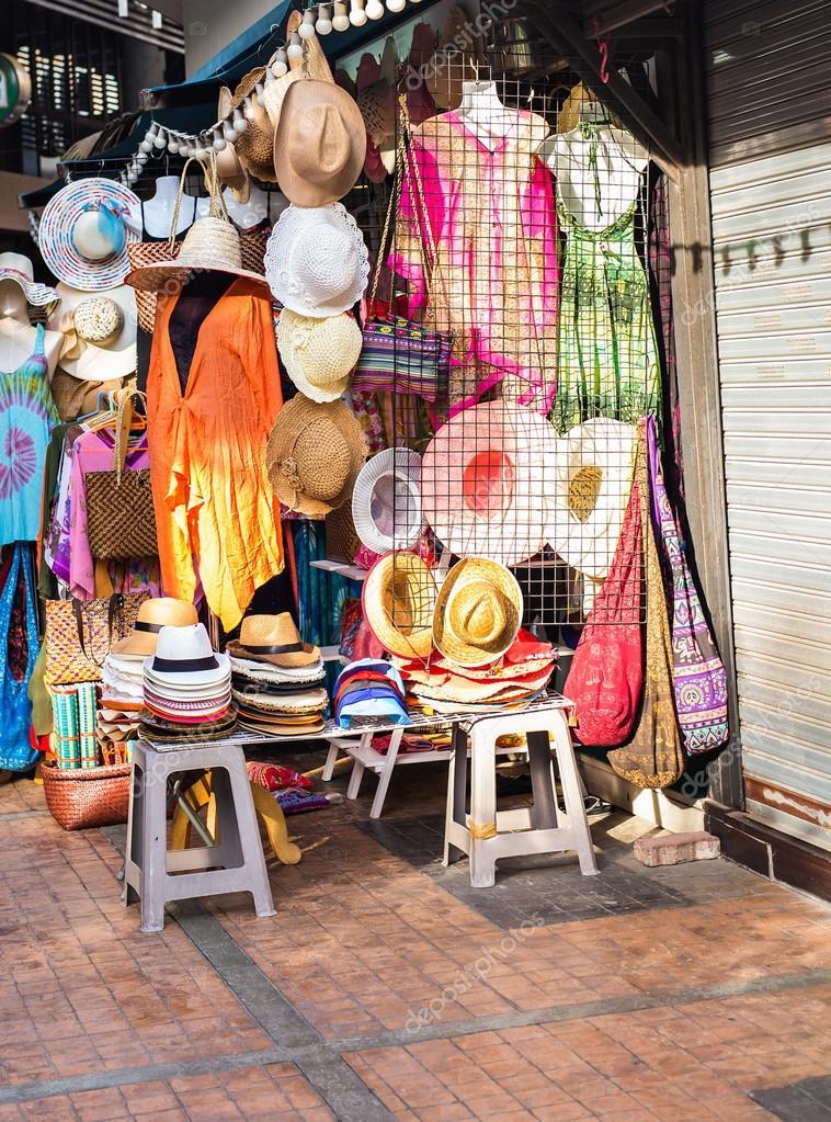 e3e57f6bb703 Λαϊκή αγορά πώλησης καπέλα και τα ρούχα στην τουριστική πόλη — Φωτογραφία  Αρχείου