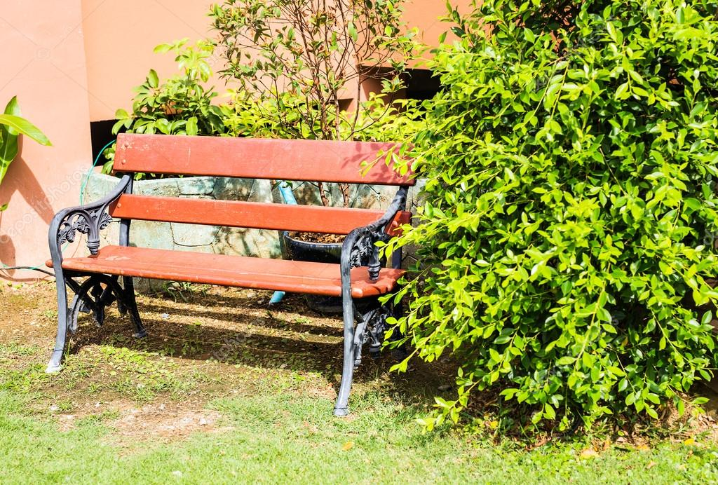 Holzbank Im Garten Stockfoto Satura 112640454