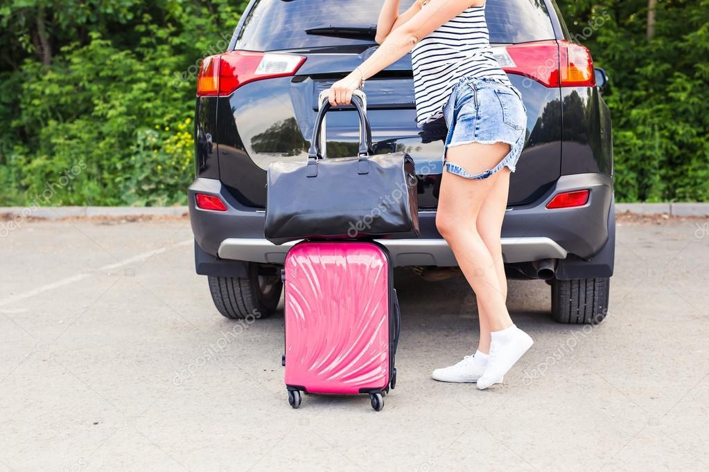 vacances voyages jeune femme pr te pour le voyage valises et voiture photographie satura. Black Bedroom Furniture Sets. Home Design Ideas