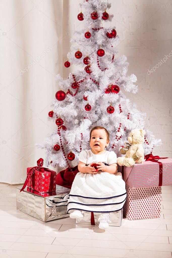 e6ac75e6c9c Νέο έτος έννοια. Μωρό παιδί μικρό παιδί που κάθεται κάτω από το στολισμένο χριστουγεννιάτικο  δέντρο προετοιμασία δώρα δώρα για γιορτή — Εικόνα από ...