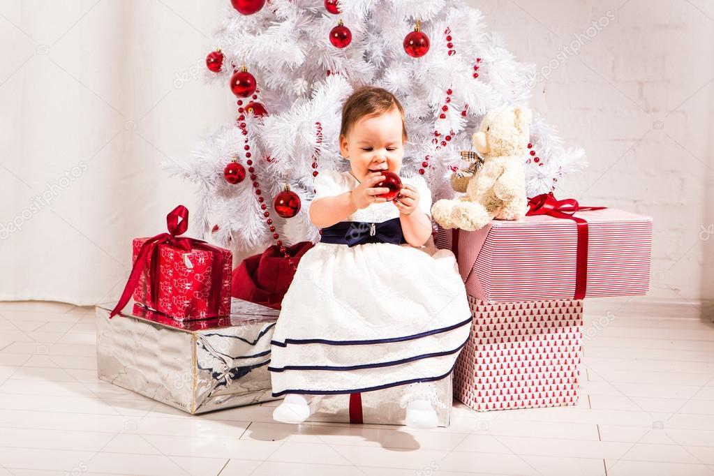 c4dd23e38a55 pretty little girl under the new year tree — Stock Photo © Satura  ...