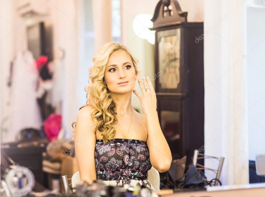 8c403f6945ec12 Красива наречена Весільний макіяж і зачіску. Стиліст дозволяє макіяж  нареченої в день весілля. портрет молодої жінки на ранок — Фото від ...