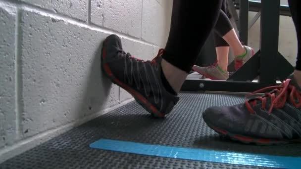 Lidé pracující v tělocvičně typu cross-fit